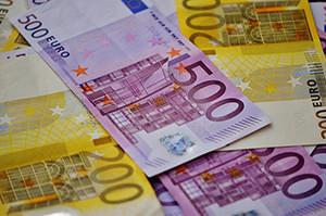 Geldscheine liegen übereinander
