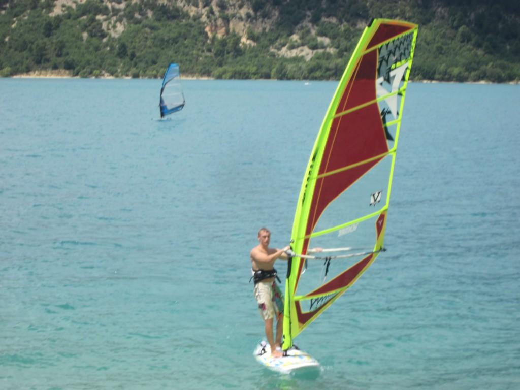 2 Windsurfer auf dem See