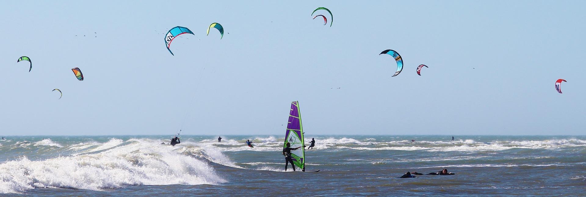 Windsurfer und Kiter water-sports-585708_1920