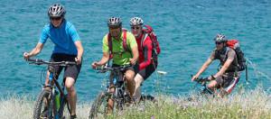4 Mountainbiker am Meer