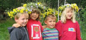 4 Kinder mit Blumenkränzen im Haar trollkinder