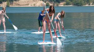 SUP-Tour von Jugendlichen auf einem See