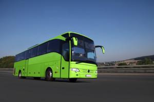 Fernbus fhrt auf einer Autobahn in schner Landschaft zum Reiseziel