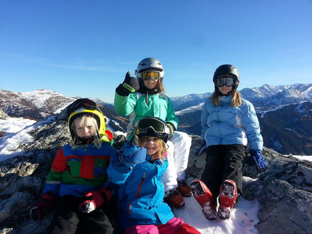 Familienskiurlaub Kinder vor Bergkulisse