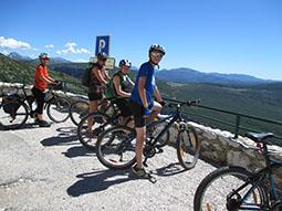 Radgruppe beim Ausblick in die Verdonschlucht