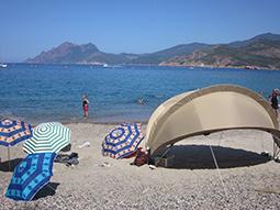 Sonnenschirme am Strand des Korsikacamps