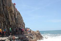 Klettergruppe am Fels am Strand von Porto