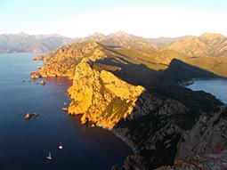 Korsische Küste bei Sonnenuntergang
