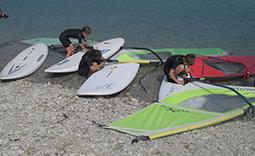 Jugendliche bei der Materialpflege im Surfkurs