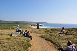 Wandergruppe an der bretonischen Küste