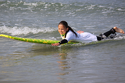 Teenager auf dem Surfbrett