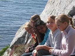 Jugendliche schauen über die bretonische Steilküste
