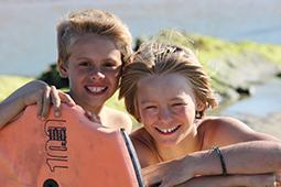 zwei Jungs mit Surfbrett