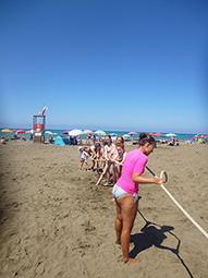 Tauziehen am Strand