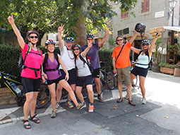 Fahrradgruppe vor Cafe