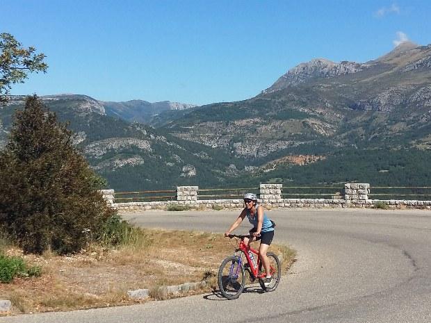 Radfahrerin während der Radtour Route des Cretes in La Palud