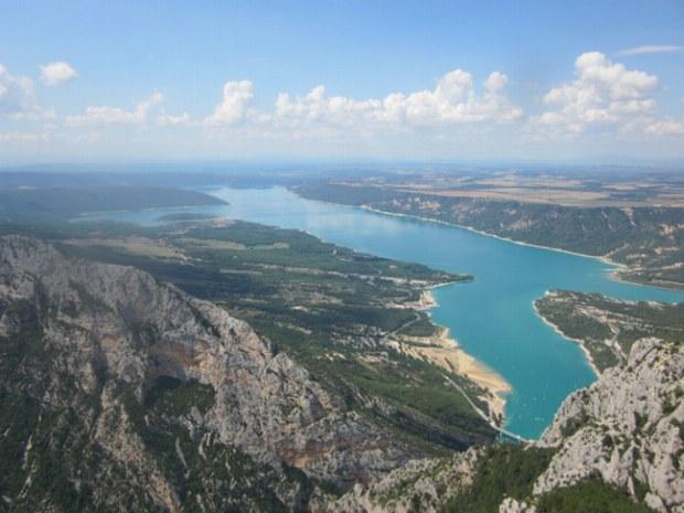 Blick über den gesamten Lac de Ste. Croix von der Kammwanderung aus.