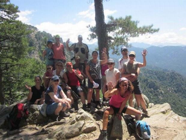 Wandergruppe macht Pause an einem Aussichtspunkt in den Bergen von Korsika