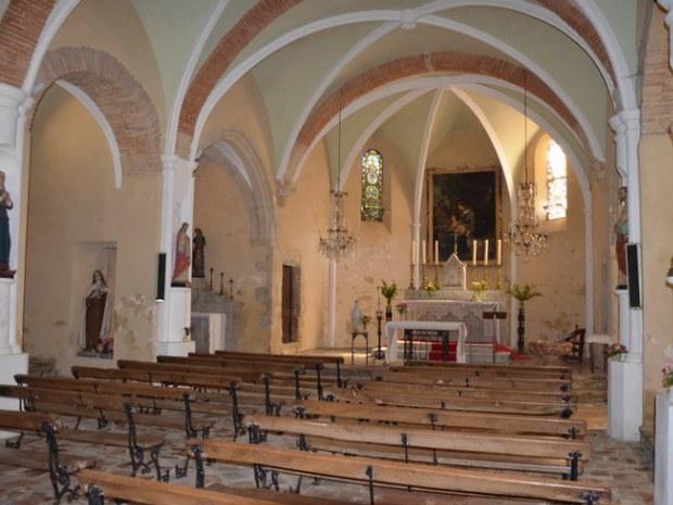 Kirchenhauptraum einer kleinen französichen Dorfkirche