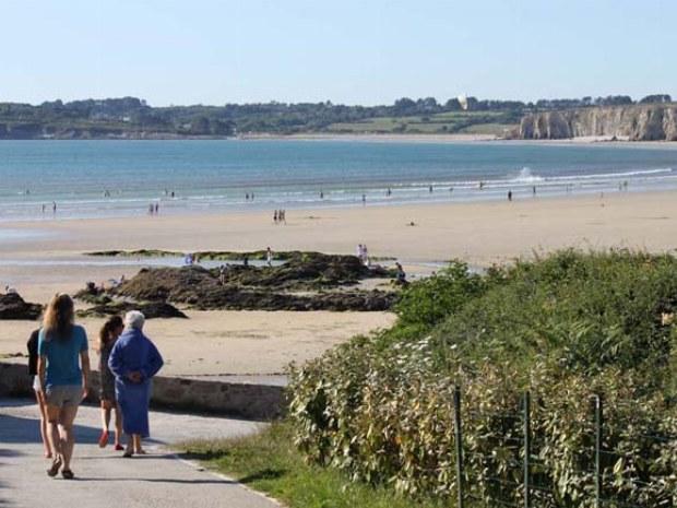 Blick auf den Strand vor dem Campingplatz im Familiencamp Bretagne