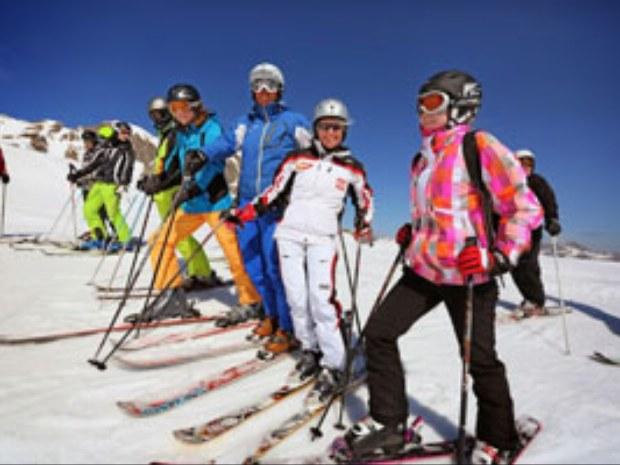 Skifahrer auf den Pisten des Skigebietes Flims-Laax im Skiurlaub in der Schweiz