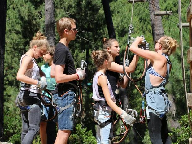 Teenager während des Campausflugs in den Hochseilgarten