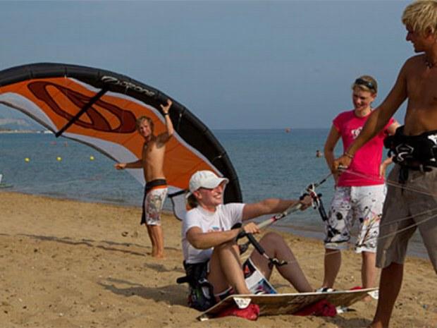 Kiteübungen am Strand auf der Insel Korfu
