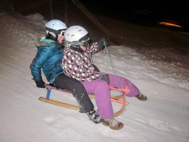 Kinder rodeln im Skigebiet Gerlos auf Holzschlitten
