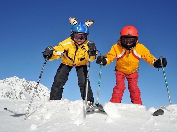 Kinder im Tiefschnee im Skigebiet