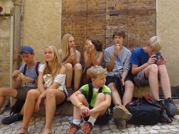 Kinderbetreuung mit Jugendlichen beim Eis essen