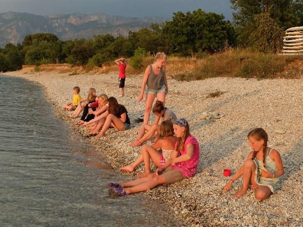 Jugendliche und Kinder am Strand des Familiensportcamps Provence
