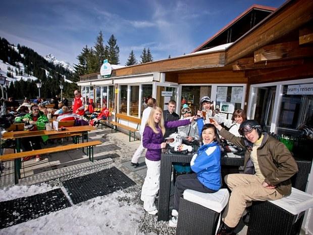 Ansicht Sonnenterasse vor Skihütte im Skigebiet Garfrescha/Montafon in der Schweiz