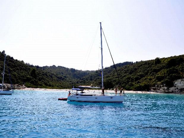 segeln nahe eines Strandes bei Korfu