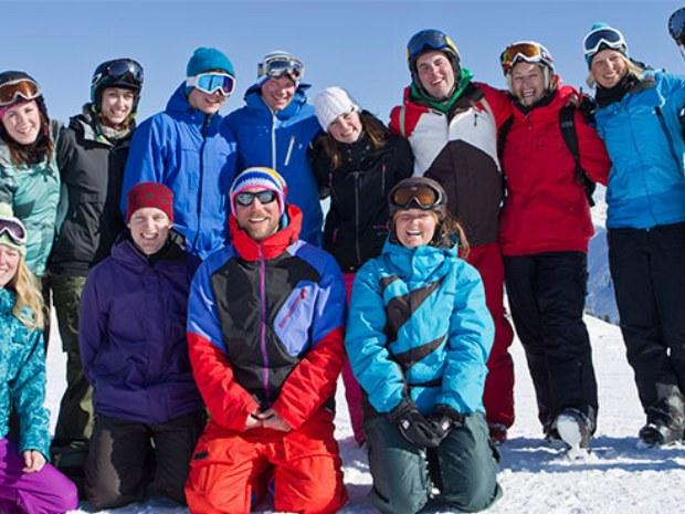 Erwachsenenskigruppe im Sonnenschein im Skiurlaub in Crans Montana