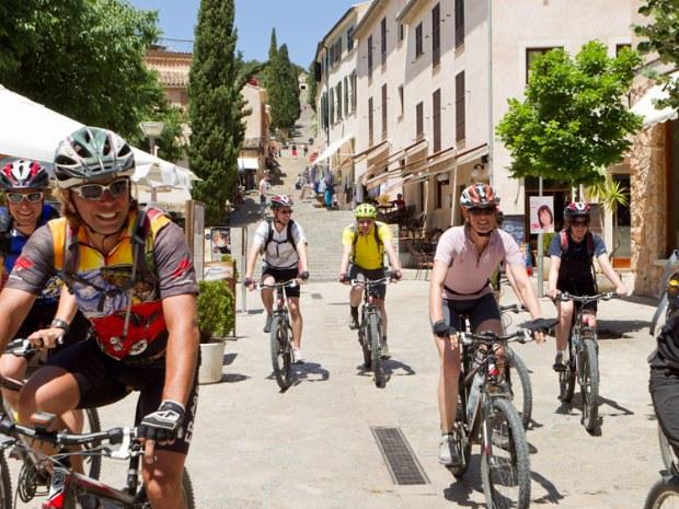 Mountianbiketour durch ein kleines Städtchen in Spanien
