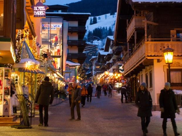 Straße in Saalbach bei Nacht.