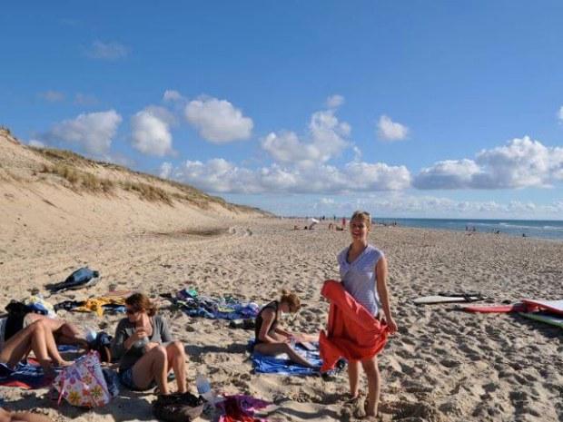Teilnehmer am weiten Sandstrand am Atlantik