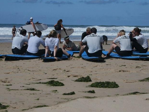 Surfkurs am Strand. letzte Erklärungen.