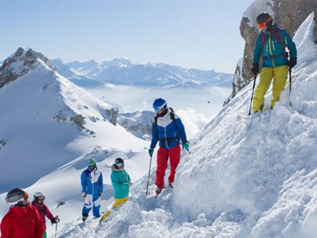 Skigruppe am Hang in Pulverschnee in Skigebiet Crans Montana