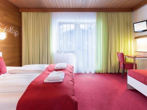 Dreibettzimmer mit Du/WC, tlw. Balkon