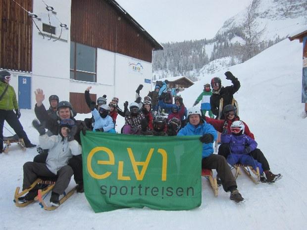 Familien auf Schlitten in Gerlos in Österreich