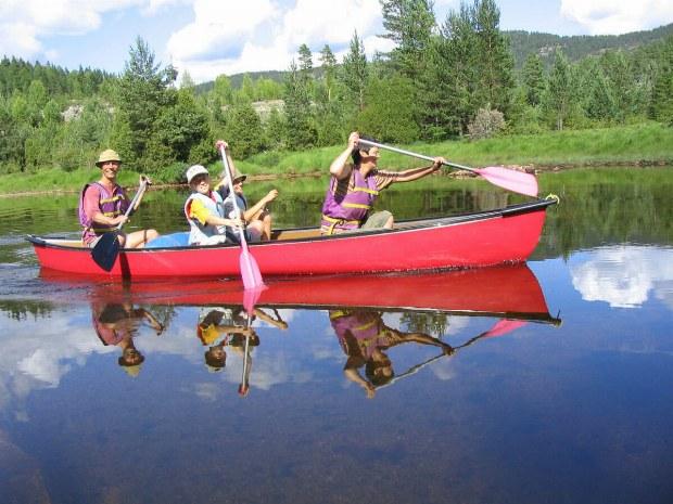 Teilnehmer paddeln über den See
