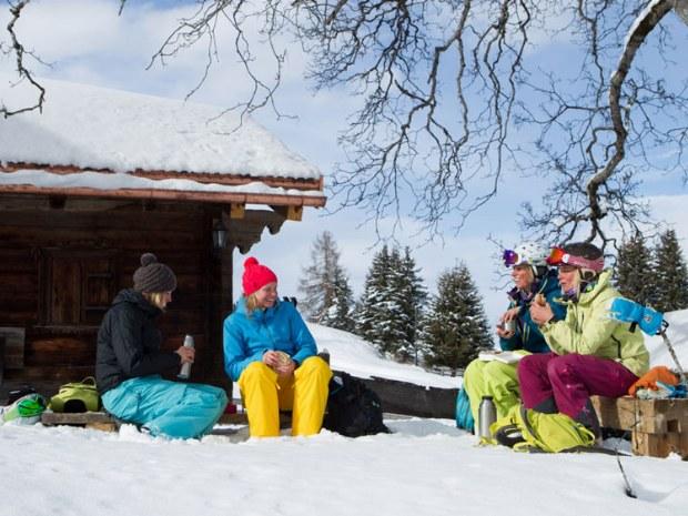 Brotzeit auf einer Bank im Skigebiet Davos