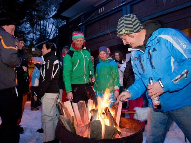Après-Ski in Saalbach-Hinterglemm, Lagefeuer vor dem Sportclub Thuiner