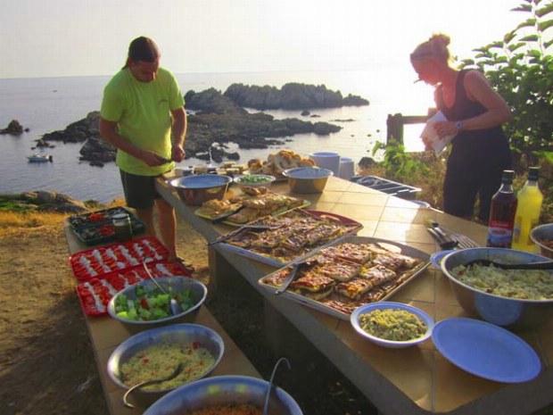 Das Buffet in der Abendsonne am Strand von Korsika
