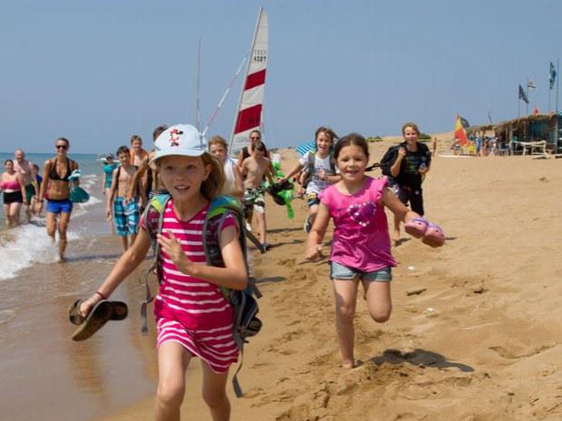 Rennende Kinder am Strand von Korfu.