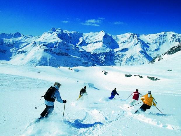 Skikurs für Fortgeschrittene fährt synchron auf Skipiste im Skigebiet Bad Hofgastein