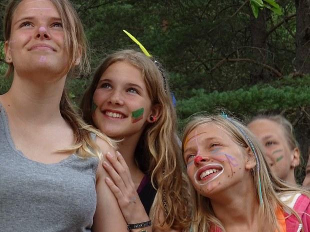 Kinderbetreuung im Familienurlaub im Abenteuercamp am Indianertag
