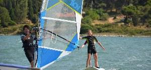 Mann surft mit einem Windsurfbrett