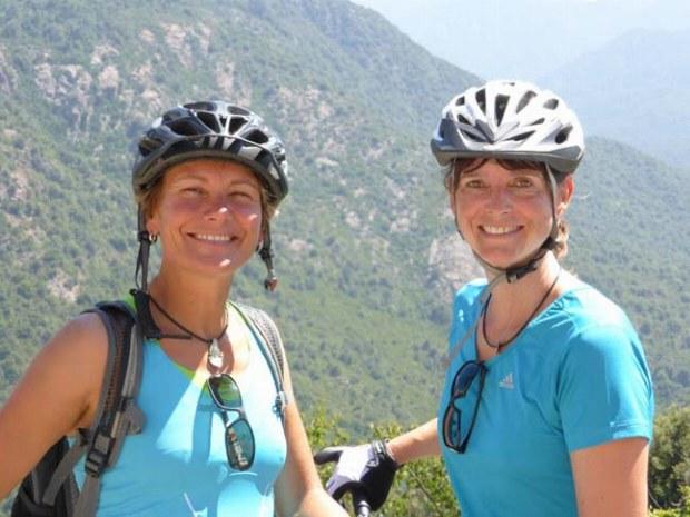 Zwei Biker lachen in die Kamera